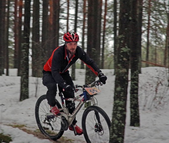 Велогощик команды BikeTrip на первом этапе зимней серии гонок кросс-кантри в Дюнах