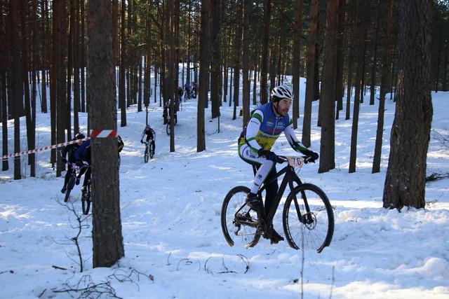 Антон Степанов лидирует на зимней велогонки.