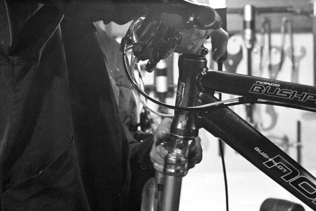 Рулевое управление , установка рулевого кольца, замена руля, замена выноса, обрезка карбонового штока, удаление чашек из рамы, обрезка штока