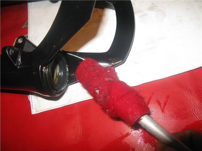 Протираем,вычищаем осколки. и промываем вилку внутри.
