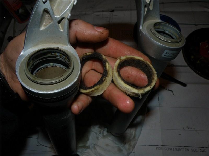 Грязные и сухие поролоновые кольца.